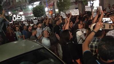 Setki Palestyńczyków wyszło na ulice Ramallah 13 czerwca, żeby potępić sankcje narzucone na Strefę Gazy przez prezydenta Autonomii Palestyńskiej Mahmouda Abbasa. Na polecenie Abbasa dziesiątki palestyńskich policjantów zaatakowałyprotestujących z brutalną siłą, używając pałek i gazu łzawiącego. (Zrzut z ekranu z Wattan)