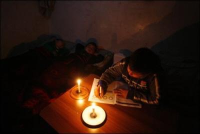 Uczeń w Gazie odrabia lekcje, nauczyciel z południowej Polski podejrzewa, że ten brak elektryczności do wina żydowskiego kolonializmu i mam powody, by obawiać się tego właśnie uczy w swojej szkole. (Żródło: http://honestreporting.com/the-gaza-energy-crisis-a-catch-22/)