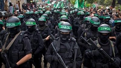 Nieznani bojownicy na ulicach Gazy.