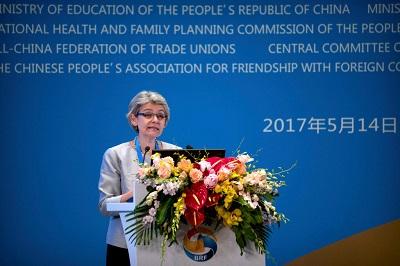 Irina Bokova, ówczesna dyrektor generalna UNESCO, przemawiająca na oficjalnym forum w Pekinie 14 maja 2017 r. Dwa miesiące później rząd chiński pozwolił pisarzowi, poecie i laureatowi Nagrody Nobla,Liu Xiaobo, umrzeć koszmarną śmiercią w więzieniu, gdzie odsiadywał 11-letni wyrok za popieranie praw człowieka i demokracji. (Zdjęcie: Mark Schiefelbein - Pool/Getty Images)