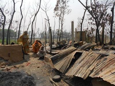 Hinduska kobieta stoi przy ruinach swojego domu w Chittagong w Bangladeszu, po zniszczeniu go przez islamistów, którzy zaatakowali społeczność w marcu 2013 r. (Zdjęcie: Mehedi Hasan Khan/Global Voices/Wikimedia Commons)