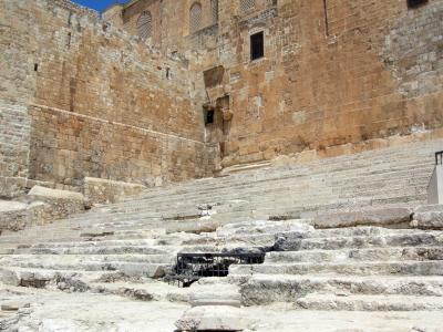 Fragment zachowanych schodów prowadzących do świątyni.