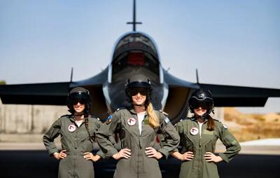 Uczestniczki 180 kursu pilotów wojskowych Izraelskich Sił Lotniczych przed wręczeniem dyplomów 25 czerwca 2020. Źródło: Biuro rzecznika IDF.