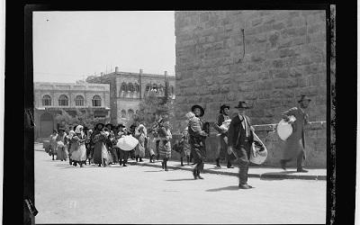 Żydzi uciekający z Dzielnicy Żydowskiej po arabskim pogromie w 1929 roku (Library of Congress)