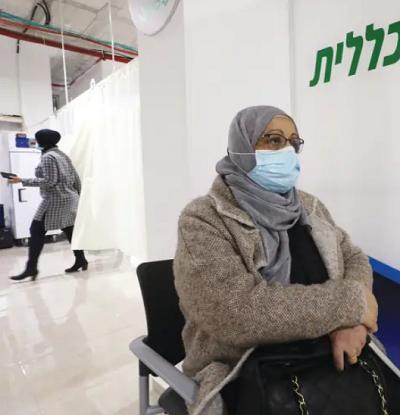 Kobieta czeka na szczepienie przeciwko koronawirusowi w Umm el-Fahm w niedzielę 3 stycznia.(zdjęcie: AMMAR AWAD/REUTERS)