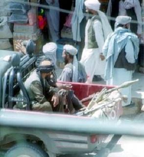 Rosnąca liczba Arabów mówi, że Amerykanie mylą się, jeśli sądzą, że wojna z terroryzmem skończy się wraz z wycofaniem żołnierzy USA z Afganistanu.Na zdjęciu: Talibowie patrolujący ulice. (Zdjęcie: Wikipedia)