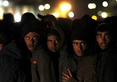 Migranci czekają na włoskim punkcie kontrolnym. (zdjęcie: REUTERS)