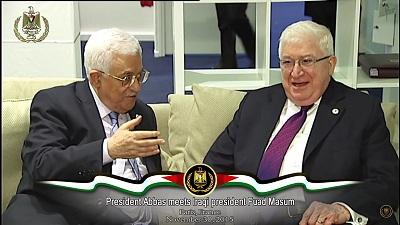Nowe prawo, niedawno podpisane przez prezydenta Iraku, Fuada Masuma, znosi prawa mieszkających w tym kraju Palestyńczyków (dostępu do darmowej edukacji, opieki zdrowotnej, swobody podróżowania, pracy w państwowych instytucjach), zmieniając status Palestyńczyków z rezydentów na cudzoziemców. Zdjęcie: Prezydent Fuad Masum (po prawej) z prezydentem Autonomii Palestyńskiej Mahmoudem Abbasem. 30 listopada 2015. (Źródło: Zrzut z ekranu ze strony Biura Mahmouda Abbasa)