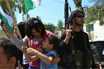Świętowanie na ulicach obozu palestyńskich uchodźców Ain al-Hilweh w Libanie, lipiec 2015. (Zdjęcie Palestinian: Geneva Call/Flickr)