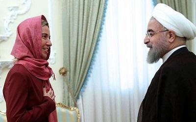 """W listopadzie, zaledwie w kilka dni po tym, jak prezydent Iranu, Hassan Rouhani, nazwał Izrael """"rakową naroślą w regionie"""" i podczas dochodzeń w sprawie rozmaitych irańskich spisków terrorystycznych na ziemi europejskiej, irańscy przedstawiciele spotkali się w Brukseli z odpowiedzialną za politykę zagraniczną UE Federicą Mogherini, by omówić współpracę nuklearną w ramach niepodpisanego """"porozumienia nuklearnego"""". Na zdjęciu: Mogherini z Rouhanim w Teheranie 28 lipca 2015 r. (Zdjęcie: EPA/Handout from Iran president's office)"""