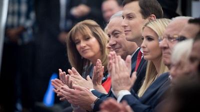 Izraelski premier Benjamin Netanjahu z Ivanką Trump, córką amerykańskiego prezydenta, Donalda Trumpa i starszym doradcą oraz zięciem prezydenta, Jaredem Kushnerem na oficjalnej ceremonii otwarcia ambasady USA w Jerozolimie 14 maja 2018 roku. Zdjęcie: Yonatan Sindel/Flash90.