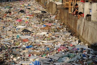 """""""Manila ma rzekę śmieci. Ocenia się, żedo roku 2050 wyrzucone opakowania plastikowe będą cięższe niż wszystkie ryby woceanie. Może powinniśmy dwa razy zastanowić się przedużyciem plastikowej torby zesklepu. Czyzastanawiasz się co się dzieje ztymi wszystkimi śmieciami, które codziennie wyrzucasz?"""""""