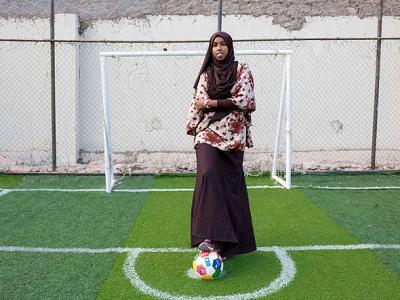 Trenerka futbolu i futbolistka Somalilandu, 24-letnia Marwa Mauled Abdi, pozuje na boisku w ośrodku sportowym Ubah, pierwszym boisku przeznaczonym wyłącznie dla kobiet w Hargeisa, stolicy Somalilandu, 1 marca 2018 r. Zdjęcie zrobiono na obchody Międzynarodowego Dnia Kobiet 8 marca 2018.Mustafa Saeed/AFP/Getty Images