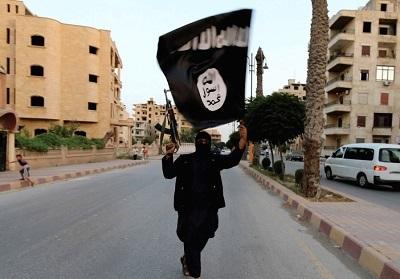 Członek ISIS powiewa flagą tej grupy w Rakka. (zdjęcie: REUTERS)