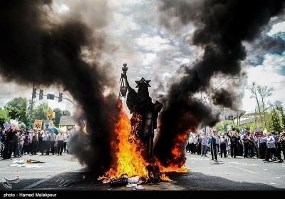 Kukła Statui Wolności z Gwiazdą Dawida podczas marszu (Tasnim, Iran, 1 lipca 2016)