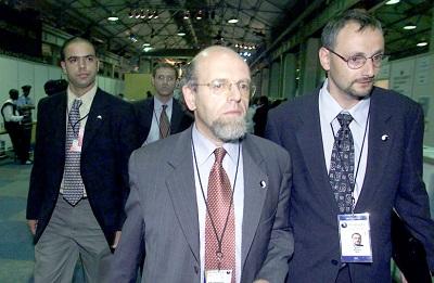 Izraelscy przedstawiciele wychodzą z Światowej Konferencji Przeciwko Rasizmowi w Durban w 2001 roku, protestując wobec starań o przedstawienie Izraela jako jedynego rasistowskiego kraju na świecie. (zdjęcie: JUDA NGWENYA / REUTERS)