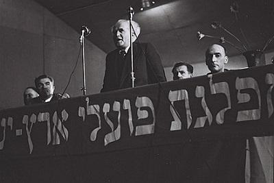 Dawid Ben Gurionprzemawiający na zjeździe partiiMapaiw 1949 (Źródło: Wikipedia)