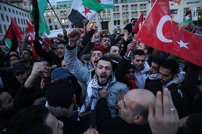 """W reakcji na deklarację prezydenta Trumpa o statusie Jerozolimy legendarna """"arabska ulica"""" ruszyła do boju w Europie. W Niemczech tłumy ludzi, którzy niedawno przybyli do tego kraju, paliły Gwiazdy Dawida. Na zdjęciu wielotysięczny tłum, głównie muzułmanów, protestuje w Berlinie 8 grudnia 2017 (Zdjęcie: Sean Gallup/Getty Images)"""