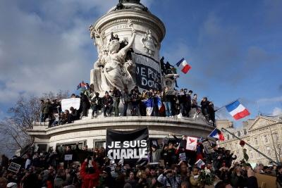 """Wiec w Paryżu 11 stycznia 2015, po zamachu na """"Charlie Hebdo"""" z transparentem \"""