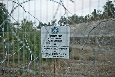 """Płot rozdzielający """"strefę buforową"""", obsadzoną żołnierzami ONZ na """"Zielonej Linii"""" w Nikozji na Cyprze. (Zdjecie: Marco Fieber/Flickr)"""