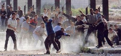 <span>Pierwsza Intifada – rzucanie kamieniami</span>