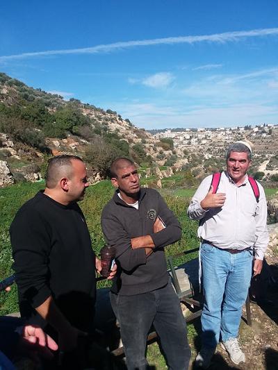 Ziad Sabateen pośrodku, po prawej Inon Dan Kehati, a po lewej David HaIvri, osadnik i przywódca syjonistyczny. Zdjęcie: Bennett Ruda