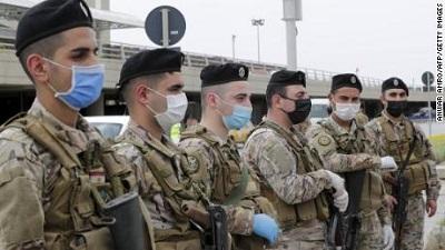 """Wydana 1 maja dyrektywa libańskiego rządu zakazuje powrotu """"zagranicznych pokojówek"""" i palestyńskich uchodźców, nawet jeśli ich rodziny żyją w Libanie od pokoleń. Na zdjęciu: Żołnierze stoją na straży na międzynarodowym lotnisku Rafika Hariri w Bejrucie."""