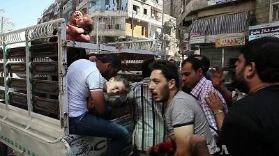 Ranni cywile przybywają do szpitala w Aleppo w Syrii, 5 października 2012. (Zrzut z ekranu z VOA)