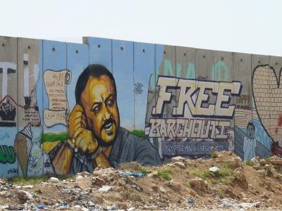 Graffiti pokazujące uwięzionego przywódcę Fatahu, Marwana Barghoutiego, odsiadującego obecnie pięć wyroków dożywocia za terroryzm, na części muru bezpieczeństwa po stronie Autonomii Palestyńskiej.