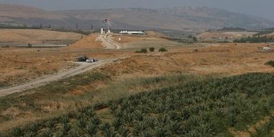 <span>Jordańska flaga widoczna nad terenem znanym po arabsku jako Baquora i po hebrajsku jako Naharajim na granicy między Jordanią a Izraelem, 13 listopada 2019 r. Zdjęcie: Reuters / Muhammad Hamed.</span>