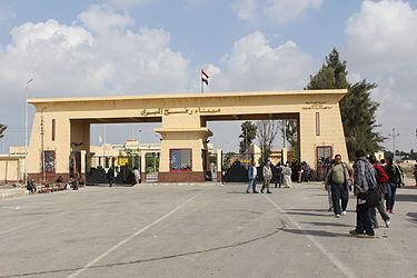 """W zeszły miesiącu kontrolowany przez Hamas Palestyński Urząd Zarządzania Ziemią w Strefie Gazy """"usunął"""" trzy domy, zniszczył buldożerami około 30 dunamów (30 tysięcy metrów kwadratowych) ziemi rolnej i zawiadomił kilku farmerów, że konfiskuje ich ziemię w celu rozbudowy przejścia granicznego Rafah do Egiptu. Na zdjęciu: wojownicy Hamasu na przejściu granicznym Rafah w Gazie, 2012. (zdjęcie: Wikipedia)"""
