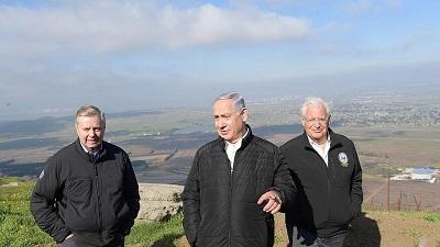 <span>Amerykański senator Lindsey Graham (po lewej) z izraelskim premierem Benjaminem Netanjahu i amerykańskim ambasadorem w Jerozolimie Davidem Friedmanem na Wzgórzach Golan, 11 marca 2019. Credit: Amos Ben-Gershom/GPO.</span>