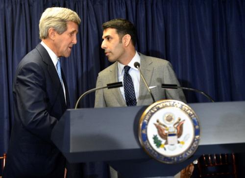 """""""Zapomnij o ISIS… porozmawiamy jeszcze o państwie palestyńskim"""". Powyżej, sekretarz stanu USA John Kerry wita specjalnego przedstawiciela USA do społeczności muzułmańskich, Shaarika Zafara podczas przyjęcia z okazji Eid al-Adha 16 października 2014 r. w Departamencie Stanu w Waszyngtonie. (Zdjęcie: State Dept.)"""