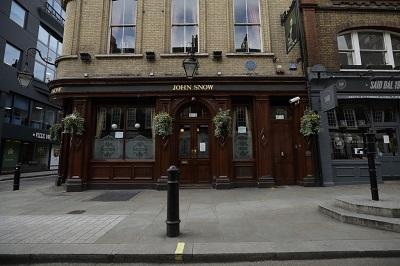 Londyńsku pub przy zrekonstruowanej pompie, którą zablokował dr Snow.