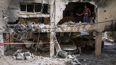 Uszkodzone domy w izraelskim mieście Petach Tikwa, w które uderzyły rakiety wystrzelone przez Hamas z Gazy na Izrael, 13 maja 2021. Zdjęcie Flash90.