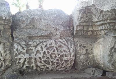 <span>Wejście do starożytnej synagogi w Kafar Nahum Capharnaum</span>