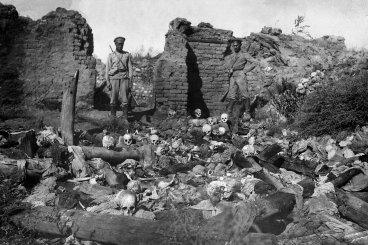 To zdjęcie z 1915 r. pokazuje żołnierzy stojących nad czaszkami ofiar z ormiańskiej wsi Sheyxalan w dolinie Mush podczas I wojny światowej. (Getty)
