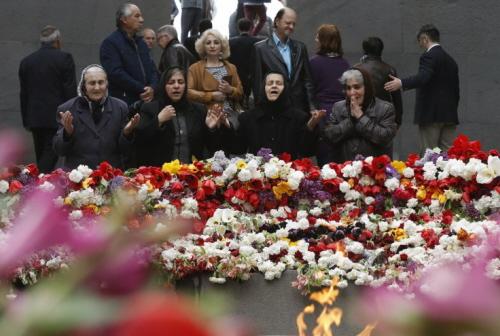 Żałobnicy w Muzeum Pamięci o Ormiańskim ludobójstwie Tsitsernakaberd w Erywaniu (Reuters)
