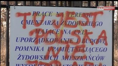 Zdewastowany cmentarz żydowski w Wysokiem Mazowieckiem. W nocy na ogrodzeniu i nagrobkach pojawiły się faszystowskie symbole i antysemickie napisy. Marzec 2012r.