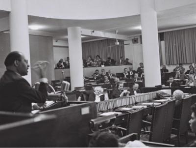 Menachem Begin przeciwstawiał się Ben Gurionowi w Knesecie, nie zaś poprzez przemoc