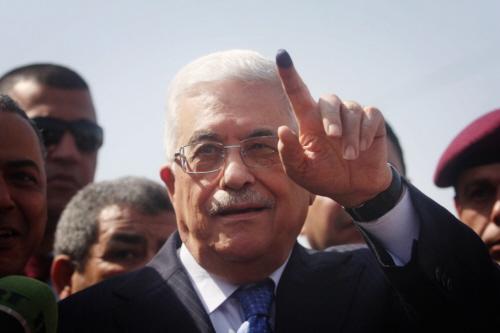 Prezydent Autonomii Palestyńskiej Mahmoud Abbas pokazuje oznaczony atramentem palec po wrzuceniu głosu w wyborach samorządowych w mieście Al-Bireh na Zachodnim Brzegu 20 października 2012 r. Zdjęcie: Issam Rimawi / Flash90