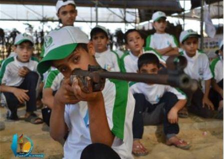Dzieci ćwiczące z karabinami (Facebook.com/Gazacamps2014, 16 czerwca 2014)