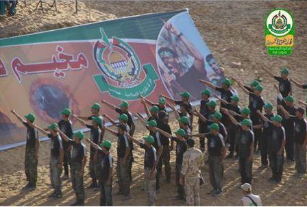 Dzieci salutują podobnym do nazistowskiego salutem (Facebook.com/Gazacamps2014, 18 czerwca 2014)