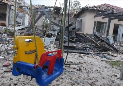 Dom trafiony rakietą Hamasu . (zdjęcie: AVSHALOM SASSONI)