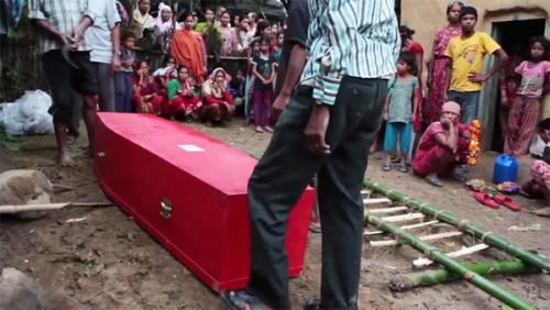 Rodzina nepalskiego robotnika-migranta, który umarł w Katarze, przygotowuje się do jego pogrzebu. Nepalscy robotnicy w Katarze są zmuszani do pracy w niebezpiecznych warunkach i giną w tempie jeden co dwa dni. (Zdjęcie :Guardianzrzut z ekranu)