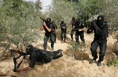 Drugą co do wielkości grupą terrorystyczną w Gazie po Hamasie jest finansowany przez Iran Palestyński Islamski Dżihad (PIJ), który ma tysiące zwolenników i bojówkarzy. Na zdjęciu: zamaskowani członkowie PIJ na szkoleniu w Strefie Gazy (Zdjęcie: Abid Katib/Getty Images)