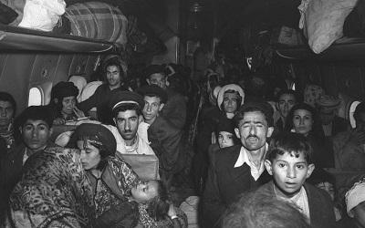 Samolot pełen irackich Żydów sfotografowany po przylocie na lotnisko Lod pod Tel Awiwem na początku 1951 roku (Teddy Brauner, GPO)