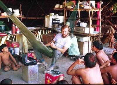 Napoleon Chagnon zczłonkami plemienia Yanomamö podkoniec lat 1960. lub napoczątku 1970. Zdjęcie dzięki uprzejmości rodziny Chagnon