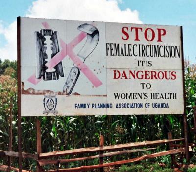 Kampania przeciwko okaleczaniu genitaliów kobiecych – znak przy drodze w pobliżu Kapchorwa w Ugandzie. (Zdjęcie z Wikimedia Commons)