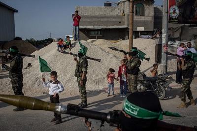 Parada terrorystów Hamasu uzbrojonych w granatniki przeciwpancerne w Strefie Gazy, 20 lipca 2017 r. (Zdjęcie: Chris McGrath/Getty Images)